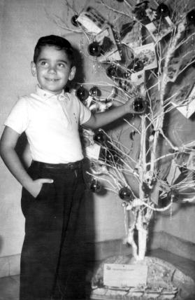 Mi hermano Santiago frente al árbol de Navidad