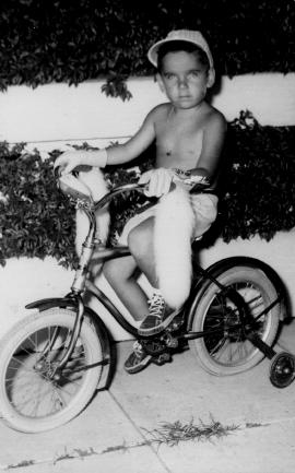 Mi hermano Santiago en su bicicleta
